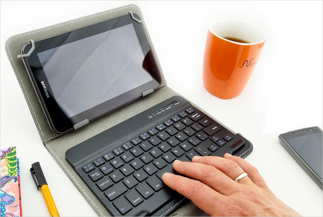 solidny pokrowiec z klawiaturą do tabletu 7-8 cali