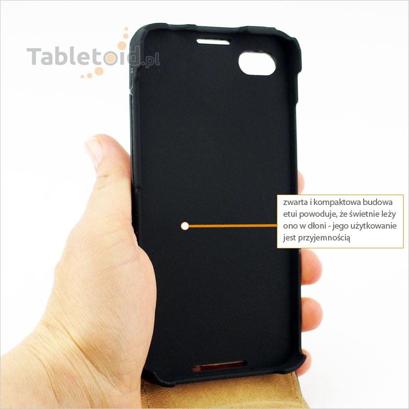 Pokrowiec  na telefon BlackBerry Z30 wygodnie trzyma się w dłoni