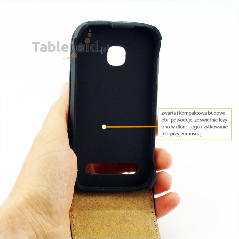 Pokrowiec stabilnie trzyma się w dłoni odpowiedni dla telefonu Nokia 603