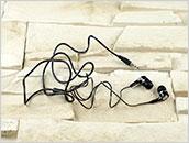 Małe słuchawki douszne mini-jack